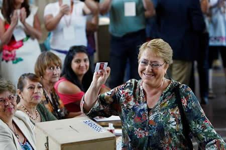 """""""Si hay algo que nos iguala es el voto"""", afirma Michelle Bachelet al votar"""