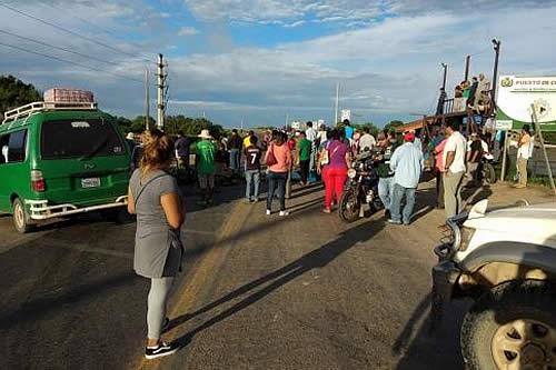Transportistas interprovinciales bloquean Santa Cruz