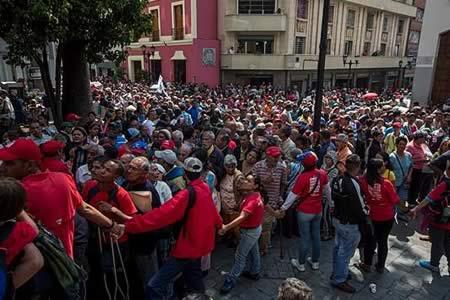 """Cientos de venezolanos tramitan """"carné de la patria"""" creado por el Gobierno"""