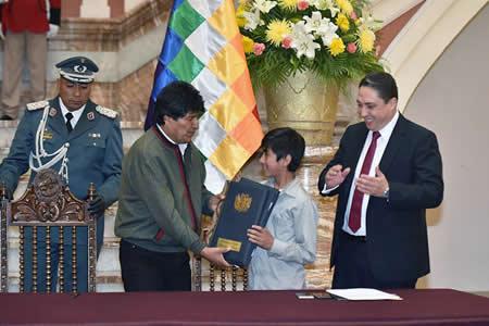 Morales promulga tres decretos de protección integral a niños