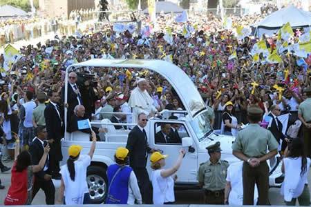 """El papa dio a los jóvenes chilenos """"la contraseña"""" para conectarse con Jesús"""