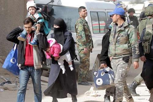 Gran éxodo de civiles por las ofensivas en dos regiones de Siria