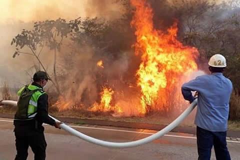 Gobierno alista despliegue masivo de recursos para sofocar incendios en Santa Cruz