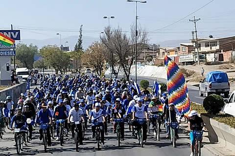 Presidente lidera caravana ciclística del MAS que recorre municipios de Cochabamba