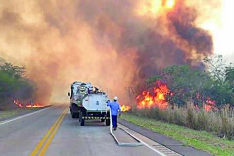 SABSA controla incendio alrededor del aeropuerto de Viru Viru
