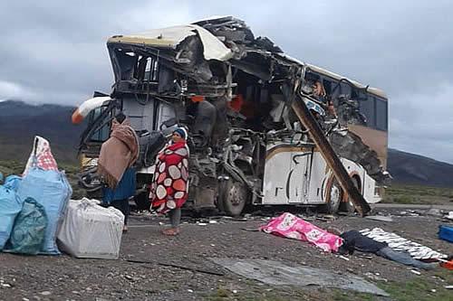Colisión entre buses deja 22 muertos en la carretera Oruro - Potosí