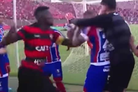 Pelea de jugadores entre Bahía y Vitoria termina con 7 expulsados en Brasil