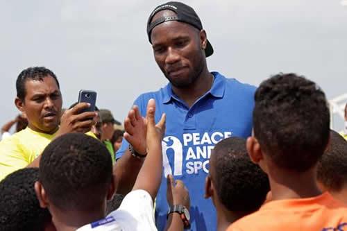 Didier Drogba pide en Colombia apoyar las iniciativas que promuevan la paz