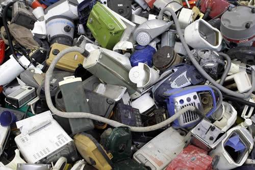 Miles de toneladas de basura electrónica europea van a África