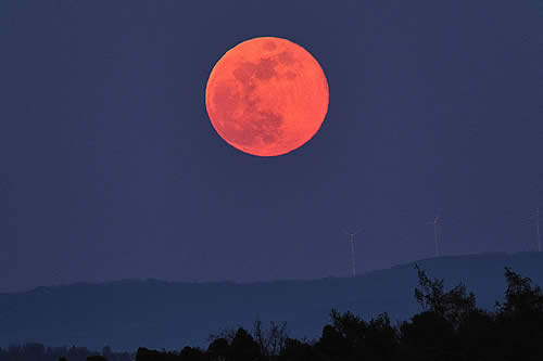 Una Luna Rosa ilumina el cielo en Viernes Santo