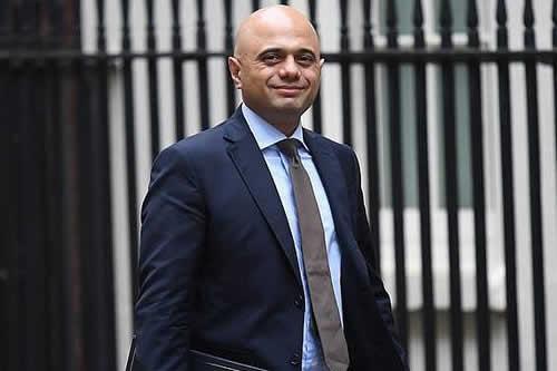 El ministro de Interior británico cuenta que le robaron el móvil con una moto