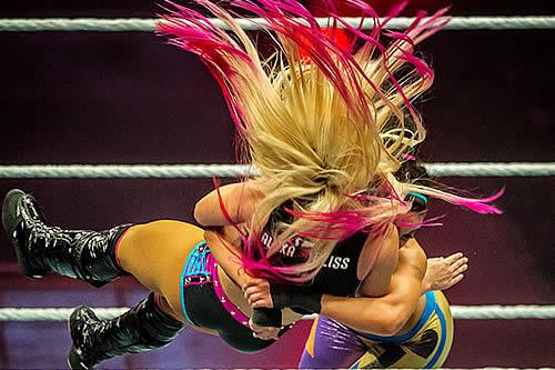 """El terrible momento en que se le """"explota"""" la rodilla a una luchadora de la WWE"""