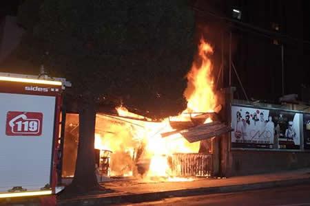 """Incendio de magnitud consume restaurant """"Rey Porky"""" en Calacoto"""