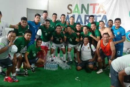 Bolivia ganó a Venezuela (2-0) y está cerca de una medalla