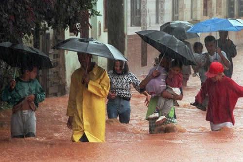 Mujer queda atrapada en su auto inundado durante una tempestad en Brasil