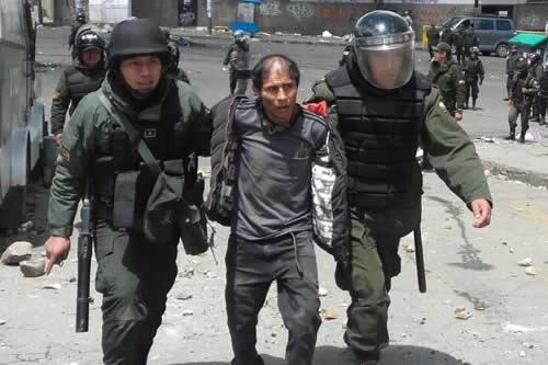 Policía capturó a 40 cocaleros en el enfrentamiento por sede de Adepcoca