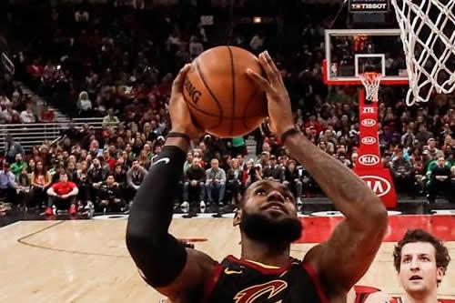 Triple-doble de James decide triunfo de Cavaliers sin Lue