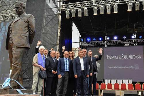"Macri resalta que gracias a Alfonsín los argentinos se expresan ""en libertad"""