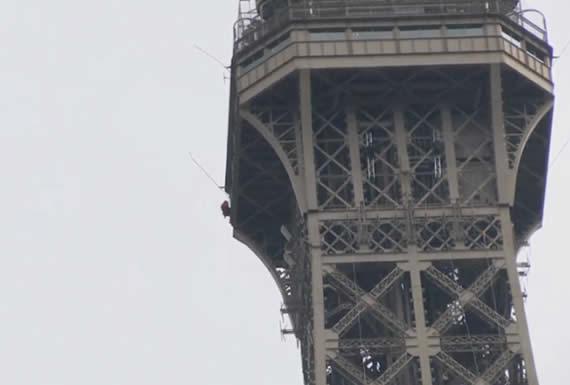 Cierran la torre Eiffel después de que un hombre escalara la estructura
