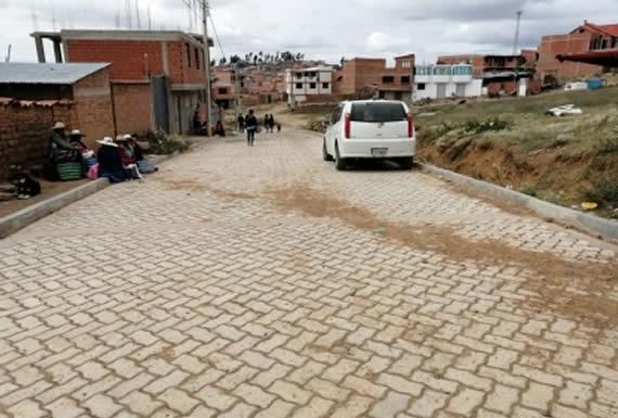 Presidente inaugura enlosetado de calles de cinco distritos en Sucre
