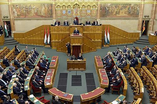 Parlamento húngaro aprueba ley que criminaliza ayudar inmigrantes irregulares