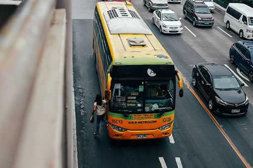 Jóvenes roban un bus turístico en marcha en Francia en plena celebración del Mundial