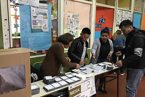 Bolivianos acuden a las urnas para decidir el futuro del país