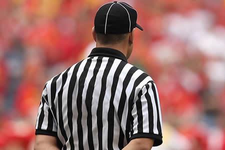 Un árbitro de lucha rompe las leyes físicas con su raro movimiento