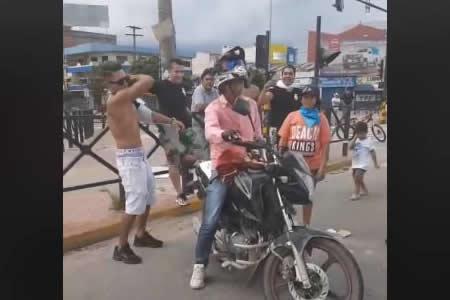 Bloqueadores agreden a periodista de El Deber en Santa Cruz