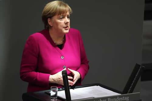Merkel mantiene objetivo del pleno empleo en 2025 y mejoras en jubilaciones