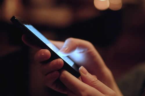 Luz de los smartphones genera afectaciones oculares, advierte estudio
