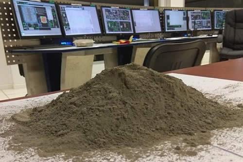 Ecebol produce su primera bolsa de cemento en Oruro