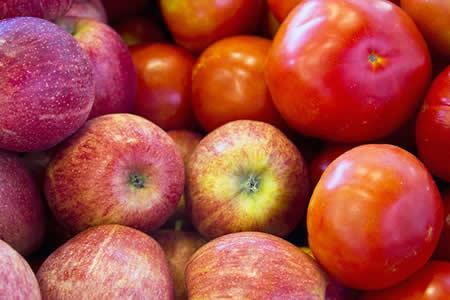 Por qué hay que comer tres manzanas y dos tomates al día