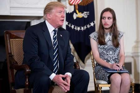 """Trump promete """"una solución"""" a los tiroteos en emotiva reunión con afectados"""
