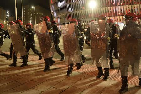 Un policía vasco muere durante los enfrentamientos entre ultras del Athletic y del Spartak