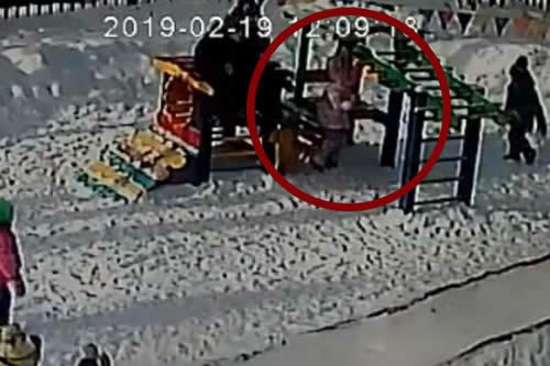 Una niña casi muere tras quedar enganchada su capucha en un juego del jardín de infantes