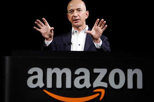 El fundador de Amazon pasea con un perro (que no es de carne y hueso)