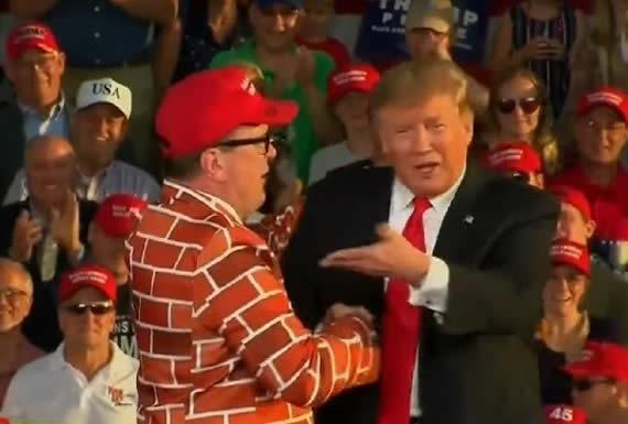 Trump invita al escenario de un mitin a un hombre vestido de 'muro humano'