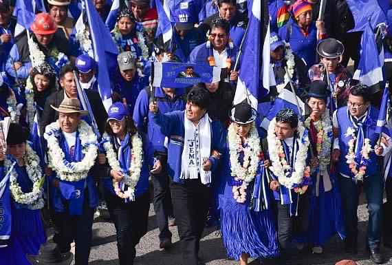 Morales encabeza multitudinaria caminata azul en El Alto