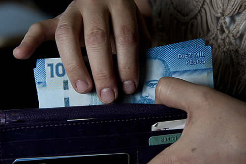 Empresario más rico de Chile anuncia salario mínimo de 690 dólares para sus trabajadores