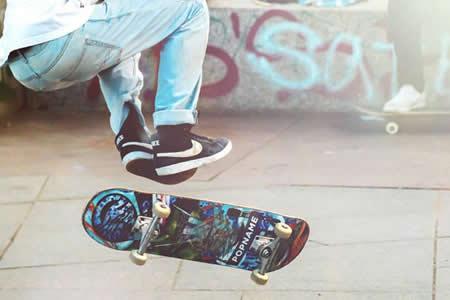 Se rompe una pierna hacia atrás intentando un truco con el 'skate'