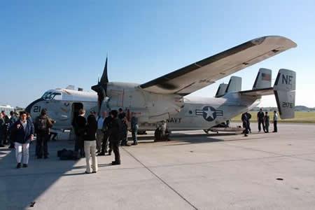 Rescatan a ocho de los once tripulantes de avión militar de EEUU accidentado