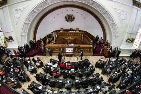 Parlamento exige a Maduro cambiar política económica y atajar crisis del país