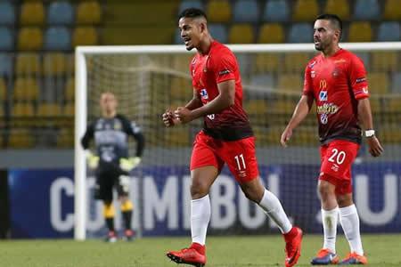 El Caracas supera al Everton con un gol de Pernía en el minuto 91
