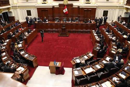 Parlamento debate renuncia de Kuczynski mientras espera llegada de su sucesor
