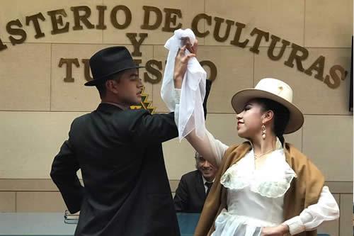 Bolivia busca que la vistosa danza cueca se incorpore a su sistema escolar