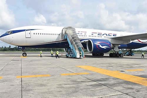 Un Boeing 737 con 93 personas a bordo se sale de la pista y un pasajero lo filma todo desde dentro del avión
