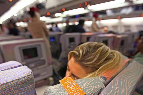 Se duerme durante el vuelo y se despierta en completa oscuridad en su avión ya vacío y cerrado
