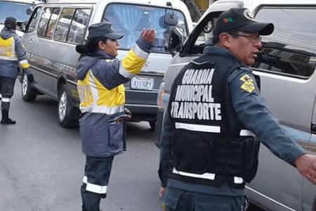 Alcaldesa de El Alto salió a dirigir tráfico vehicular