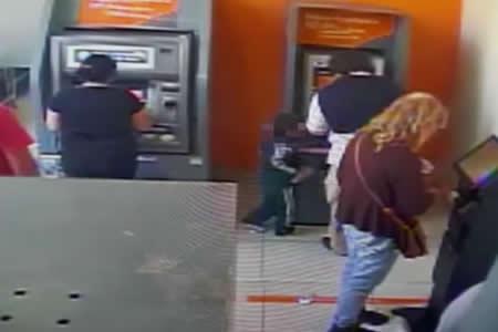 """""""Como un delincuente avezado"""": Niño de cuatro años roba dinero de un cajero automático"""